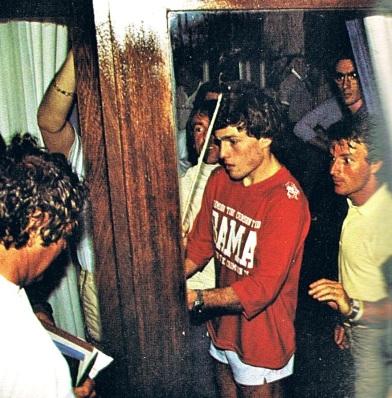 De Cesaris bloque la porte dans la cohue générale.